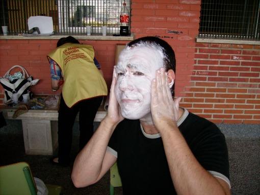 Actor poniéndose crema en al cara